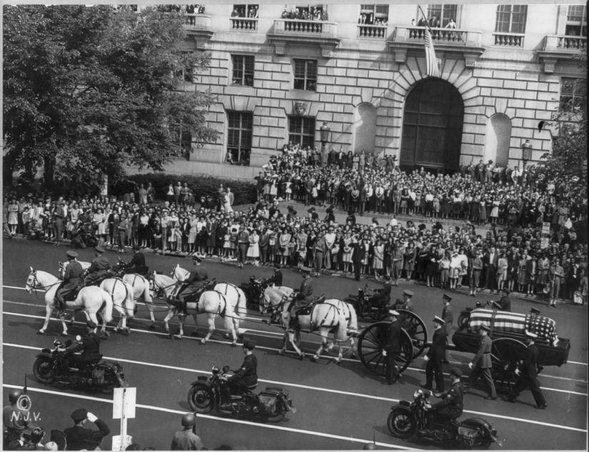 1280px-Franklin_Roosevelt_funeral_procession_1945.jpg