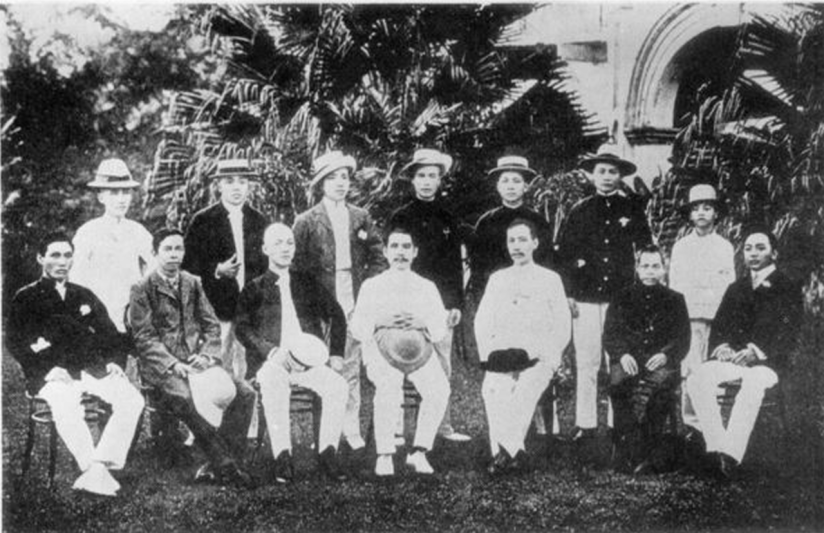 1280px-Sun_Yat_Sen_together_with_the_members_of_the_Singapore_Branch_of_Tongmen_Hui.png